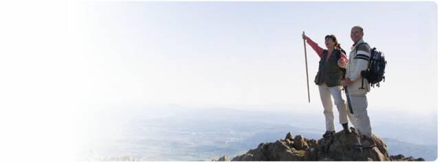 pareja en la cima de la montaña